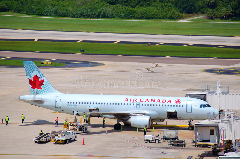 Plano de Air Canada con el equipo ocupado de argumentos imagen de archivo libre de regalías