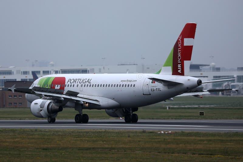 Plano de Air Portugal da TORNEIRA na pista de decolagem foto de stock