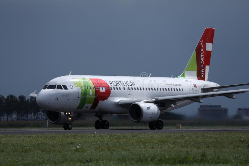 Plano de Air Portugal da TORNEIRA na pista de decolagem no AMS de Schiphol do aeroporto de Amsterdão foto de stock