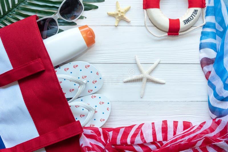 Plano de curso Férias de verão planejando das viagens do viajante na praia com acessórios do viajante, câmera retro, sunblock no  imagens de stock