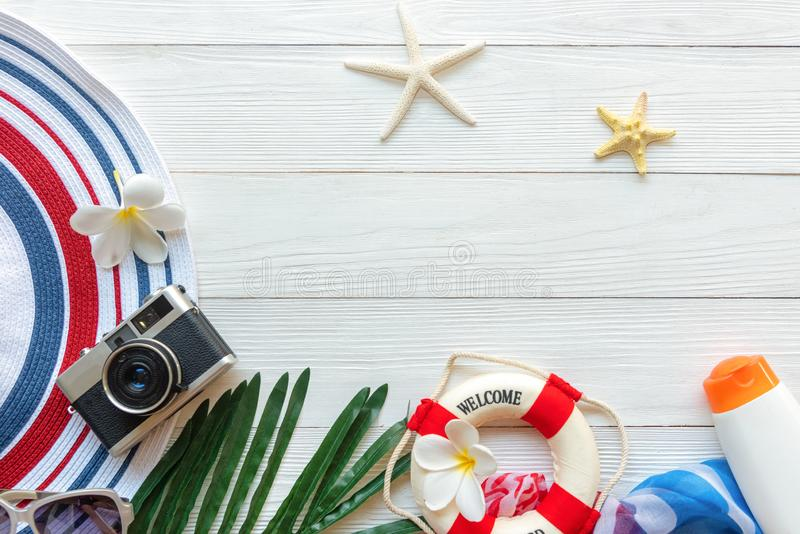 Plano de curso Férias de verão planejando das viagens do viajante na praia com acessórios do viajante, câmera retro, sunblock, su fotografia de stock