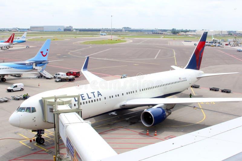 Plano de Delta Airlines na porta, Schiphol Airpo fotografia de stock
