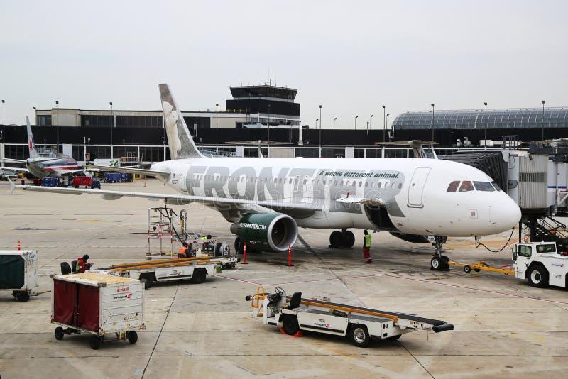 Plano de Frontier Airlines Airbus A320 na porta no aeroporto internacional de O'Hare em Chicago imagens de stock