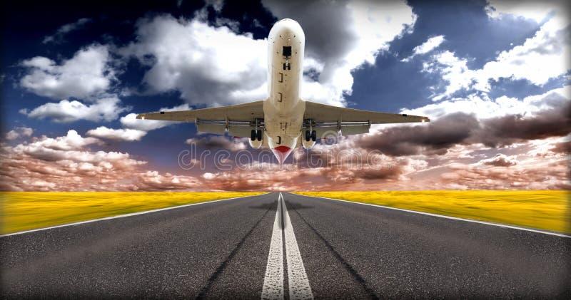 Plano de jato acima da pista de decolagem imagens de stock