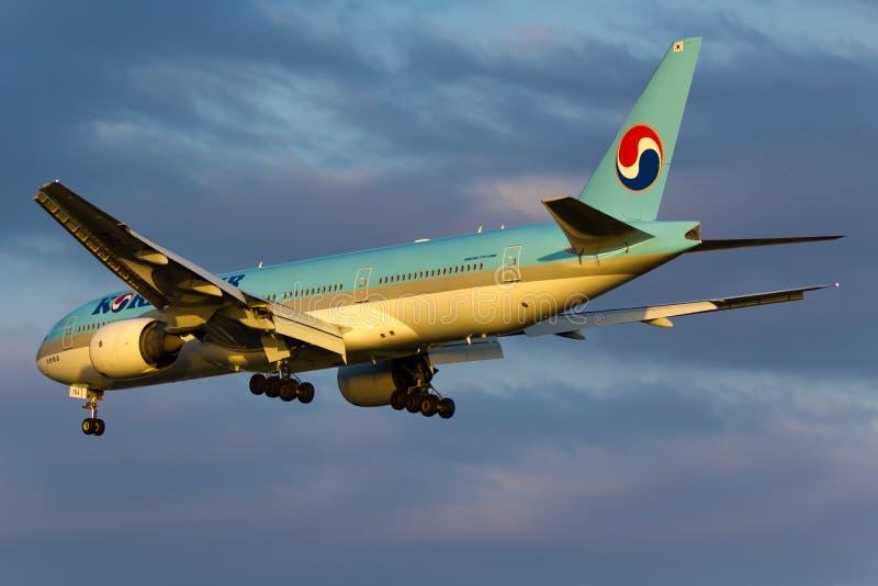 Plano de Korean Air Boeing 777 imagem de stock royalty free