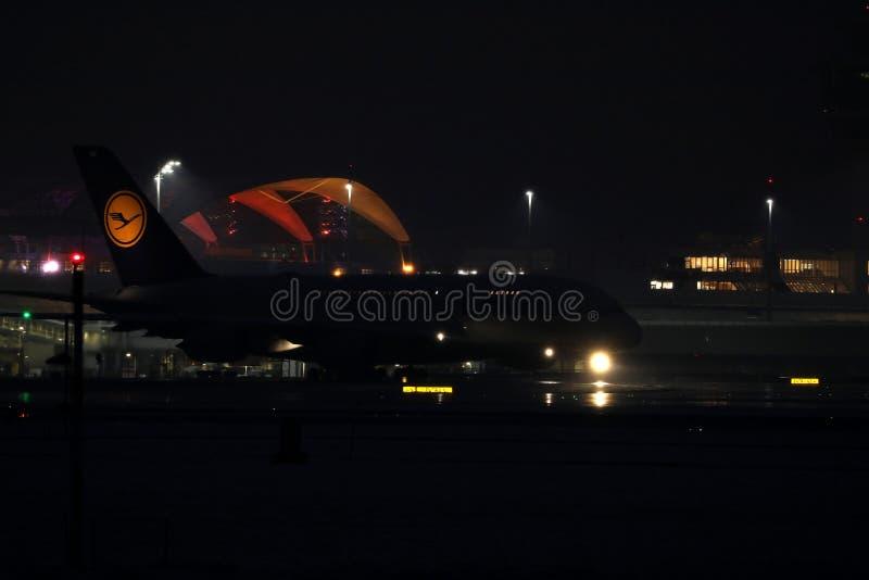 Plano de Lufthansa que faz o táxi no aeroporto de Munich, MUC, opinião da noite imagens de stock royalty free