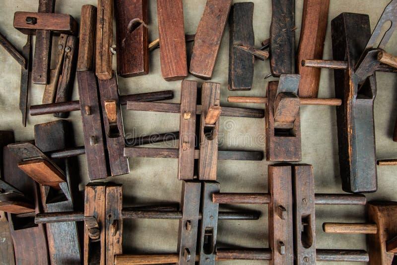 Plano de madeira da mão, objeto do carpinteiro do corte da prancha da mão fotografia de stock
