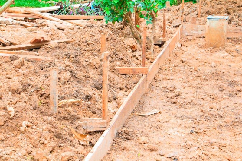 Plano de madeira no assoalho no local de funcionamento da construção imagens de stock royalty free