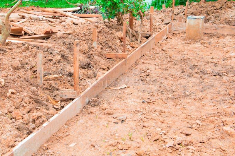 Plano de madeira no assoalho no local de funcionamento da construção imagens de stock