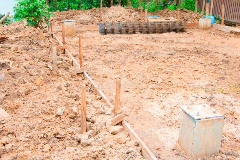 Plano de madeira no assoalho no local de funcionamento da construção imagem de stock royalty free