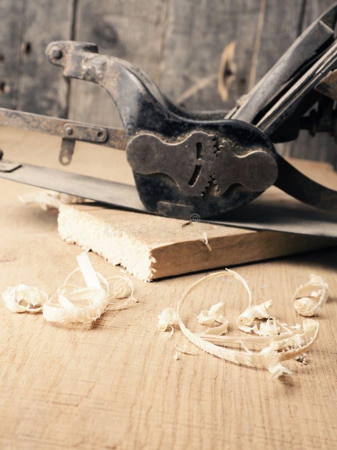 Plano de madeira usado velho no banco de trabalho fotos de stock