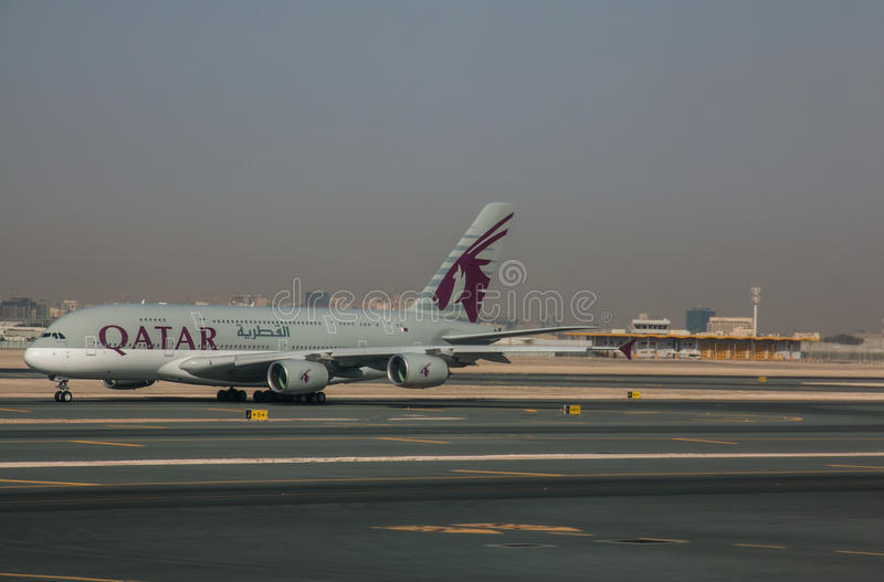 Aeroporto Qatar : Plano de qatar airways no aeroporto doha imagem