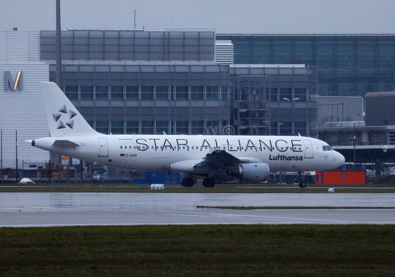 Plano de Star Alliance Lufthansa que faz o táxi na pista de decolagem, aeroporto MUC de Munich fotografia de stock royalty free