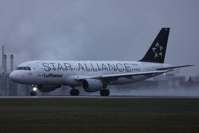 Plano de Star Alliance Lufthansa que faz o táxi na pista de decolagem, opinião do close-up foto de stock royalty free