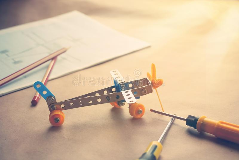 Plano do ferro do brinquedo Construtor do metal com chaves de fenda O sonho, joga e cria imagem de stock royalty free