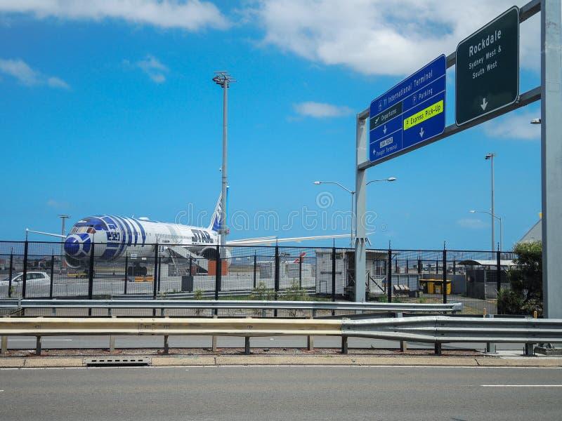 Plano do jato 787-9 Dreamliner do ` s All Nippon Airways o primeiro Star Wars R2D2 de Japão chegou em Kingsford Smith Sydney Airp fotos de stock