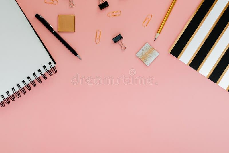 Plano do planejador de Mockup, plano horizontal superior, fundo rosa Notepad e notebooks estacionados Ouro, branco, rosa e preto fotografia de stock royalty free