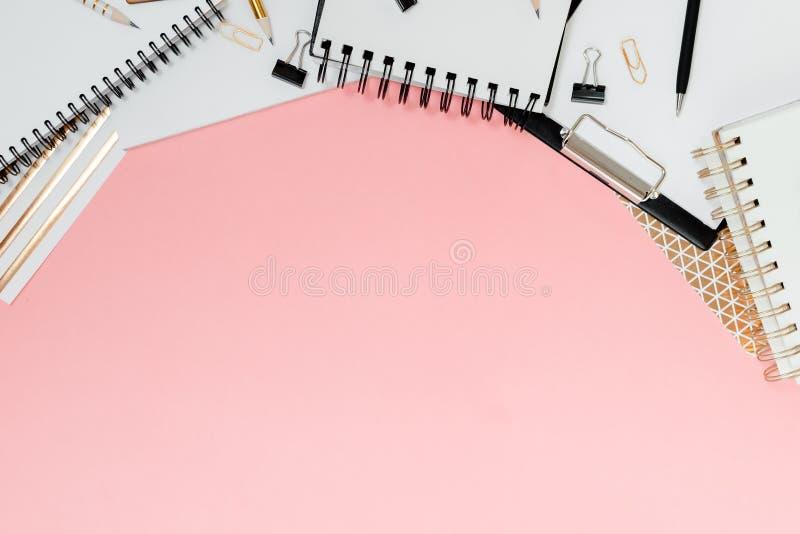 Plano do planejador de Mockup, plano horizontal superior, fundo rosa Notepad e notebooks estacionados Ouro, branco, rosa e preto imagens de stock