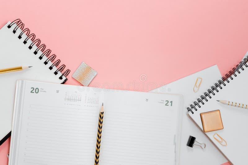 Plano do planejador de Mockup, plano horizontal superior, fundo rosa Notepad e notebooks estacionados Ouro, branco, rosa e preto imagem de stock royalty free