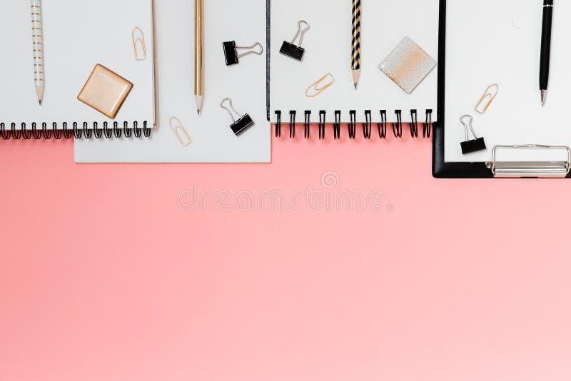 Plano do planejador de Mockup, plano horizontal superior, fundo rosa Notepad e notebooks estacionados Ouro, branco, rosa e preto foto de stock