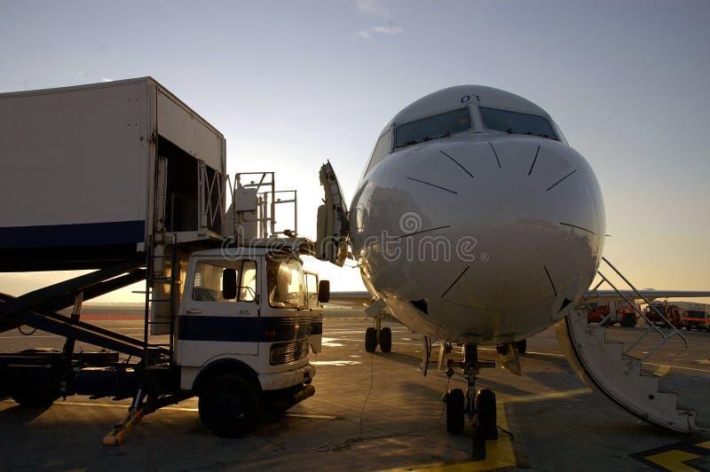Plano e aeroporto fotografia de stock