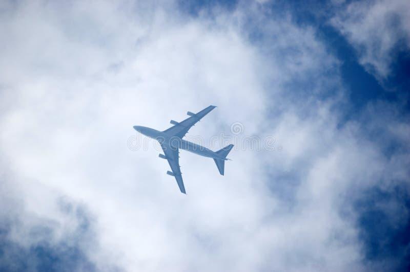 Plano en el cielo imagen de archivo