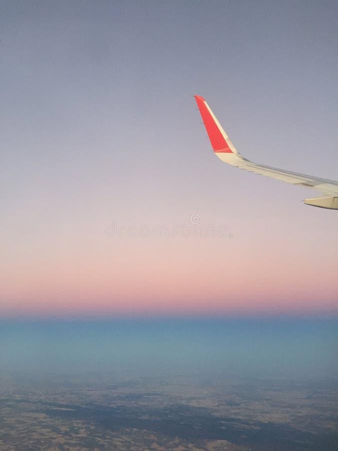 Plano en el cielo fotos de archivo