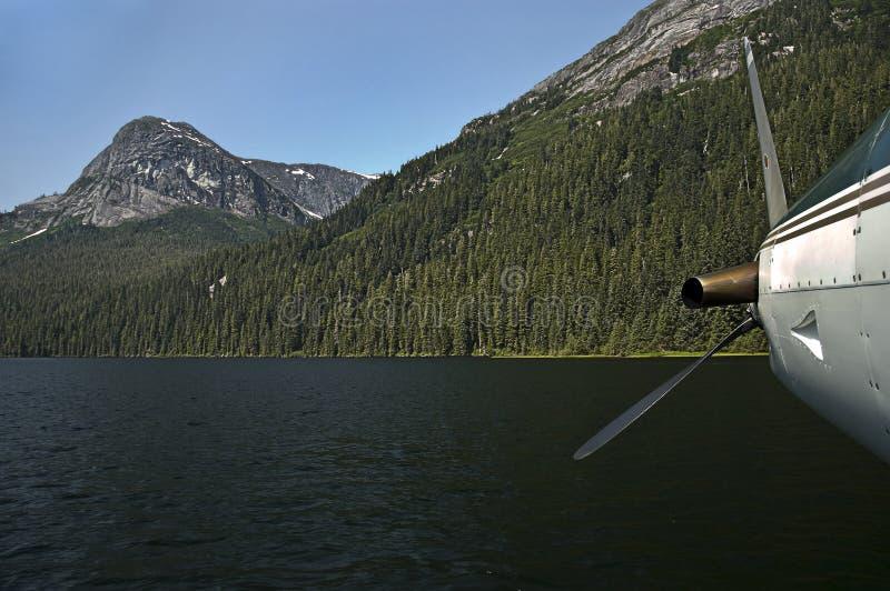Plano en el lago mountain imagenes de archivo
