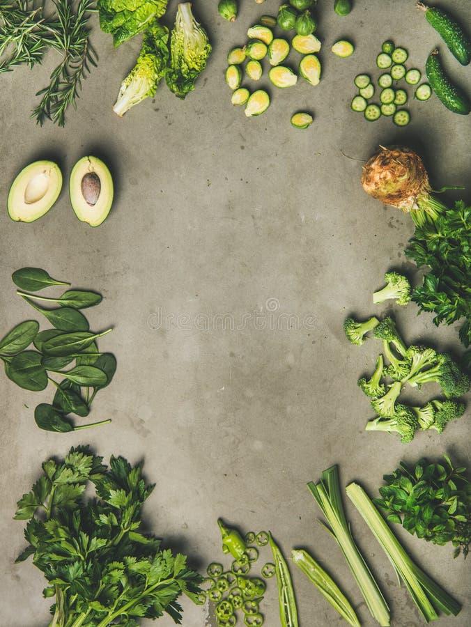 Plano-endecha de las verduras enteras y del corte y de las hierbas, espacio de la copia imagenes de archivo