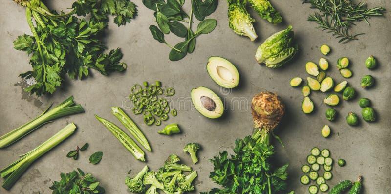 Plano-endecha de las verduras verdes enteras y del corte y de las hierbas comestibles fotos de archivo