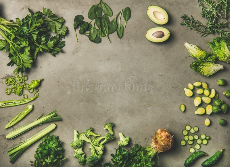 Plano-endecha de verduras y de las hierbas verdes enteras y del corte imagen de archivo