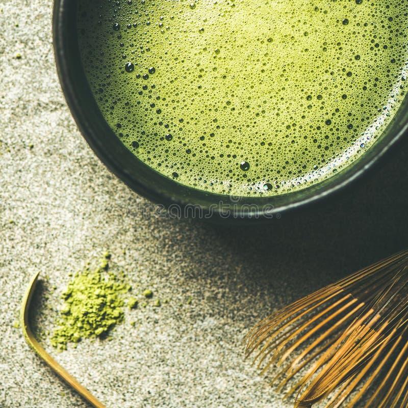 Plano-endecha del té verde recientemente preparado del matcha japonés, cosecha cuadrada foto de archivo libre de regalías