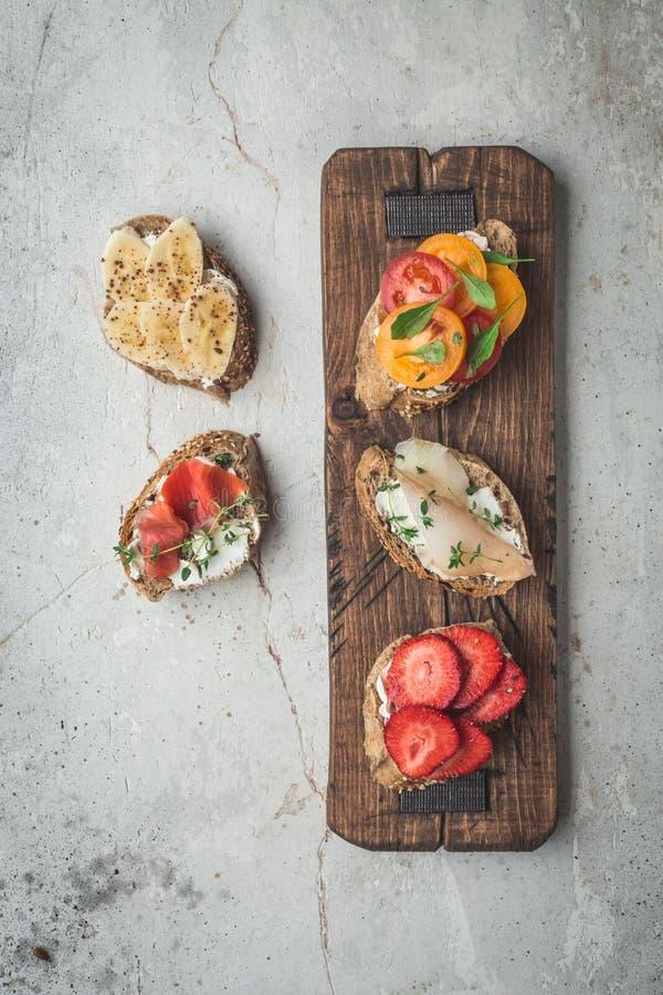 Plano-endecha sana del desayuno de las tostadas del vegano Concepto limpio de la comida de la consumición Visión superior Copie e imagen de archivo libre de regalías