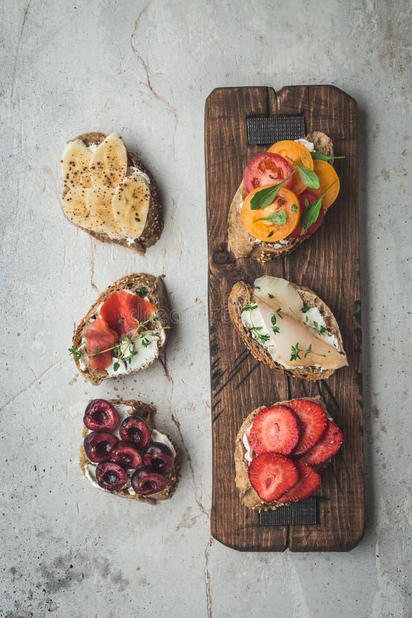 Plano-endecha sana del desayuno de las tostadas del vegano Concepto limpio de la comida de la consumición Visión superior Copie e fotografía de archivo