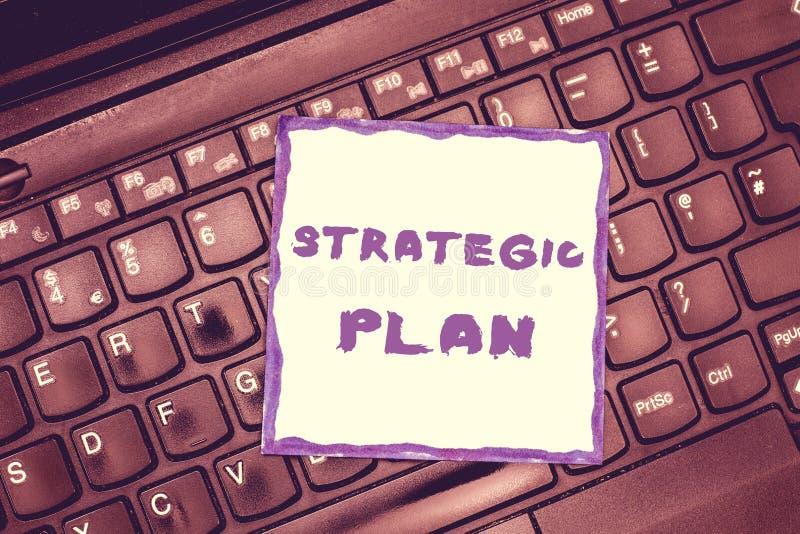 Plano estratégico do texto da escrita Conceito que significa o processo de A de definir a estratégia e de fazer decisões imagens de stock