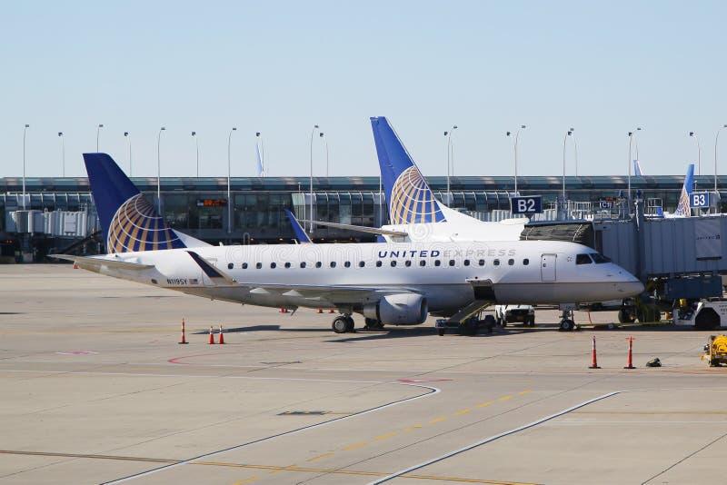Plano expresso unido de Embraer no alcatrão no aeroporto internacional de O'Hare em Chicago foto de stock