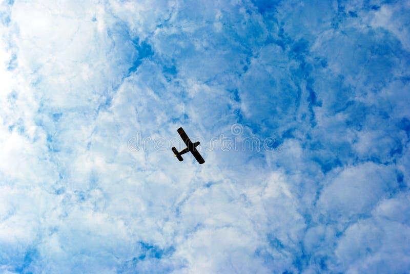 Plano no céu imagem de stock