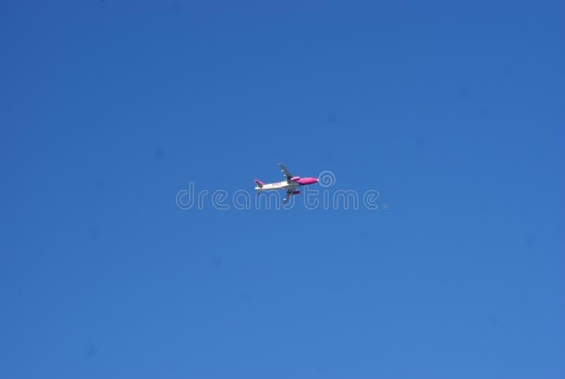 Plano no céu azul imagem de stock