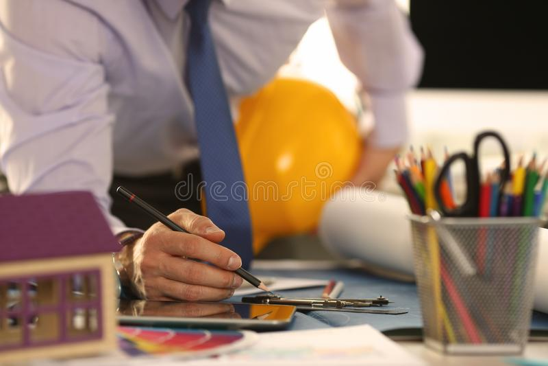 Plano novo de Contractor Sketch Building do arquiteto imagens de stock royalty free