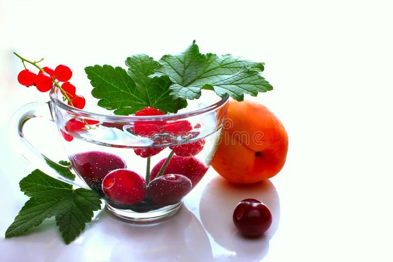 Plano ou programa da dieta do menu, um vidro de bagas do cocktail, fita métrica, pesos e frutos frescos do alimento da dieta imagem de stock royalty free