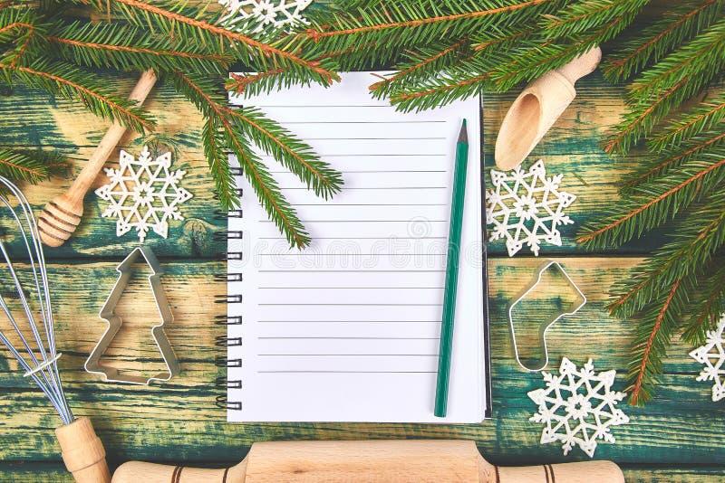 Plano ou receita do menu do Natal no fundo de madeira rústico verde imagem de stock royalty free