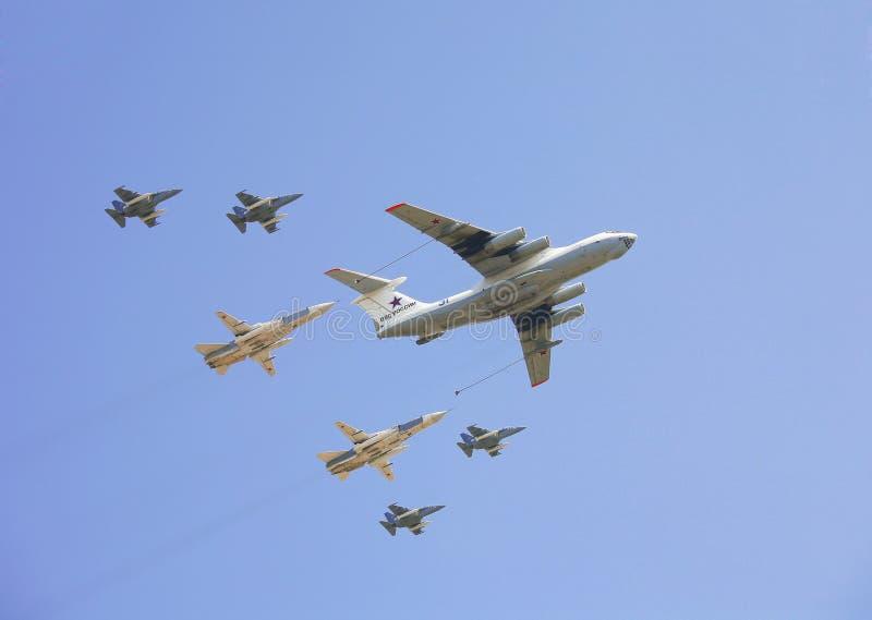 Plano-petroleiro Il-78 acompanhado por 2 bombardeiros, por Su-24 e por 4 Yak-130 no céu em Victory Parade imagem de stock royalty free