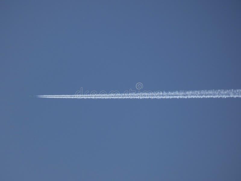 Plano surcando el cielo azul imágenes de archivo libres de regalías