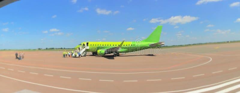 Plano verde na pista de decolagem fotos de stock