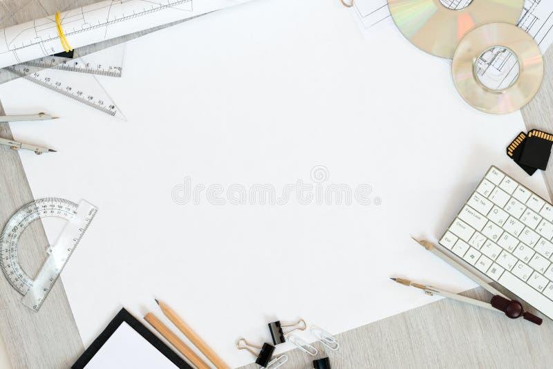 Planos arquitetónicos, lápis e régua na tabela Lugar para seu texto imagens de stock royalty free