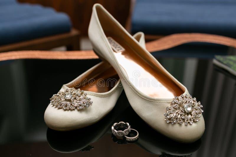 Planos blancos para mujer del ballet con una broche en un calcetín y los anillos que mienten en una tabla de cristal fotos de archivo libres de regalías