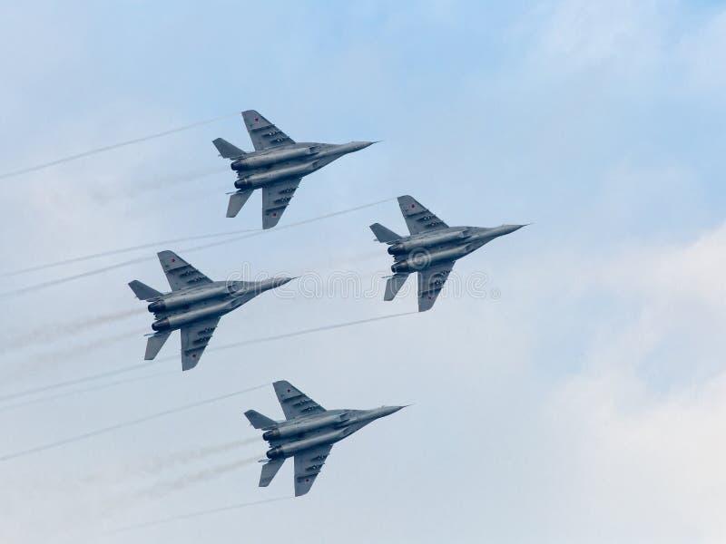 Planos de jato militares do russo no céu fotografia de stock