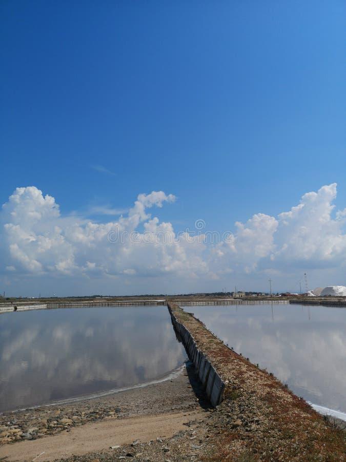 Planos de la sal en industrial viejo de Cerdeña Cagliari foto de archivo libre de regalías