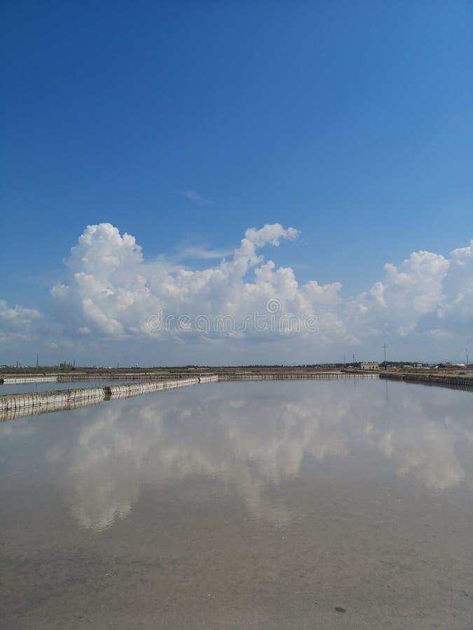 Planos de la sal en industrial viejo de Cerdeña Cagliari fotos de archivo