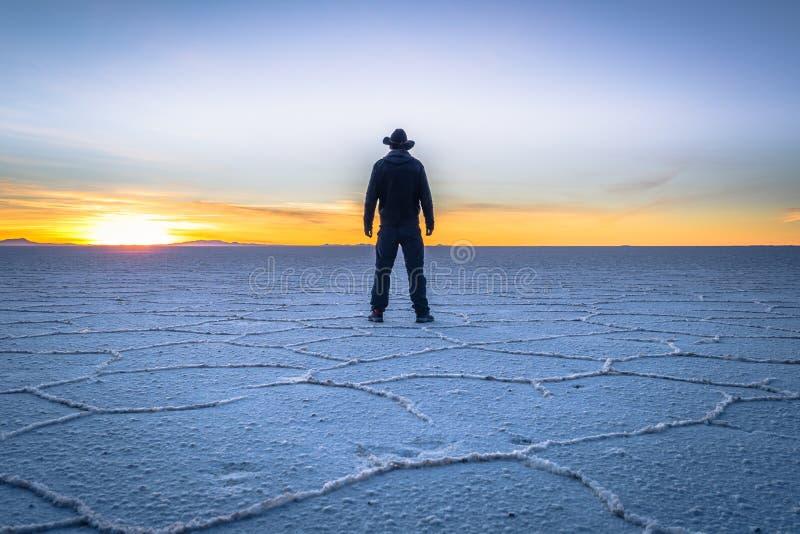 Planos de la sal de Uyuni - 20 de julio de 2017: Turista en los planos en la salida del sol, Bolivia de la sal de Uyuni imagen de archivo libre de regalías